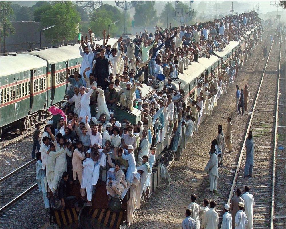 train-rush-pakistan-many-people
